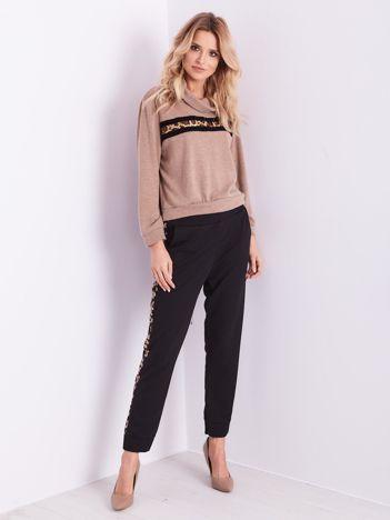 Czarne spodnie z panterkowym lampasem