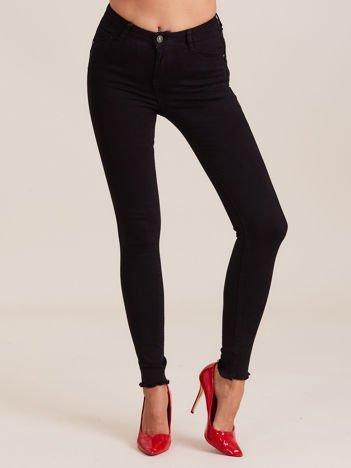 Czarne spodnie z wystrzępionymi nogawkami
