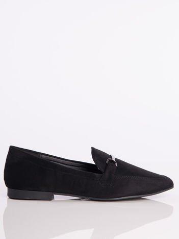 Czarne zamszowe mokasyny z ozdobną klamerką i paskiem na przodzie buta