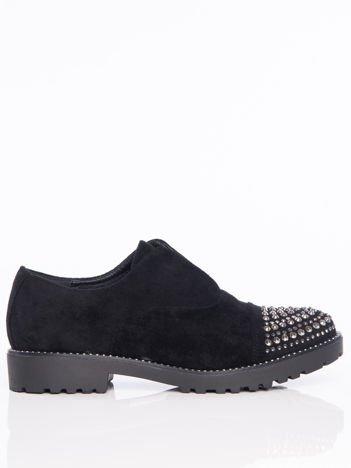 Czarne zamszowe półbuty z ozdobną wstawką z przodu buta wysadzaną błyszczącymi dżetami
