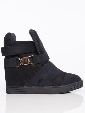 Czarne zamszowe sneakersy bandage Cindy ze złotą klamerka i ukrytym koturnem