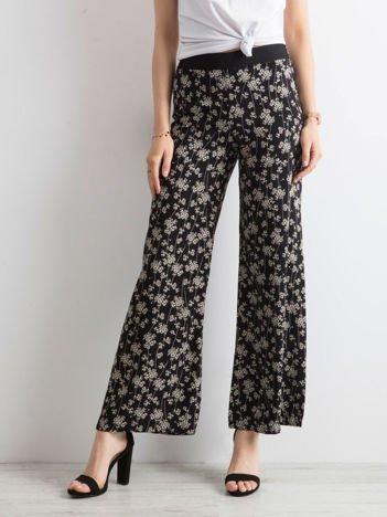 Czarne zwiewne spodnie w kwiaty