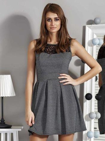 Czarno-biała sukienka w drobny wzór z koronką