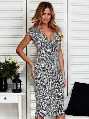 Czarno-biała wzorzysta sukienka
