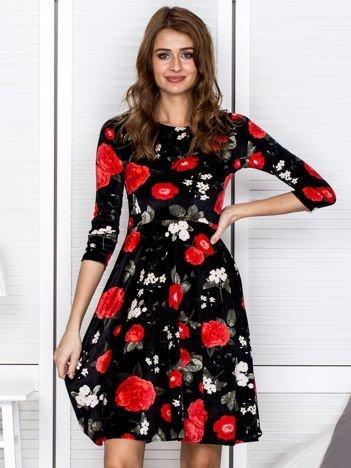 Czarno-czerwona aksamitna sukienka w kwiaty
