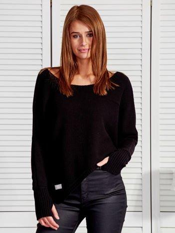 Czarny krótki asymetryczny sweter