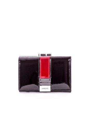 Czarny lakierowany portfel z ozdobnym zapięciem