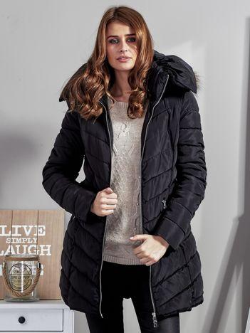 Czarny pikowany płaszcz damski z futrzanym kołnierzem