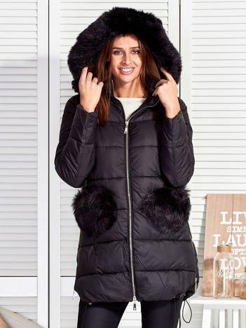 Czarny płaszcz z futrzanymi kieszeniami