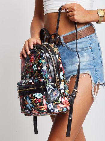 Czarny plecak w kwiaty