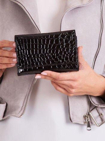 Czarny portfel w tłoczony wzór