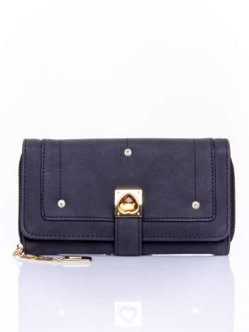 Czarny portfel z dżetami i ozdobnym zapięciem