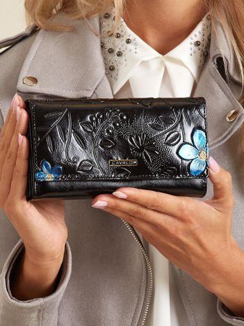 Czarny portfel ze skóry z tłoczonymi kwiatami