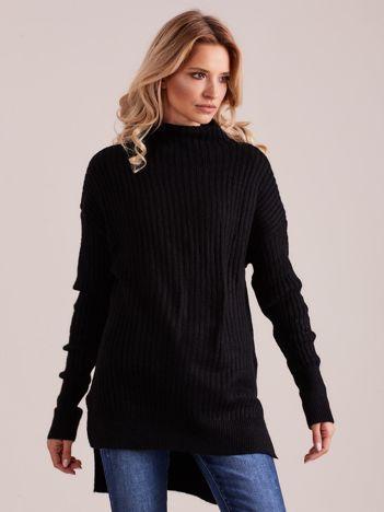 Czarny prążkowany sweter z golfem