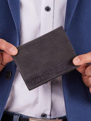 Czarny skórzany portfel męski z motywem plecionki