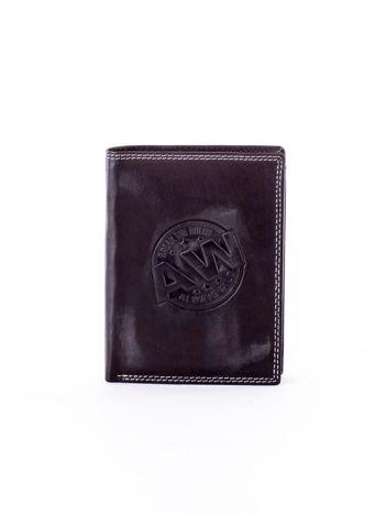 Czarny skórzany portfel z okrągłym tłoczonym emblematem