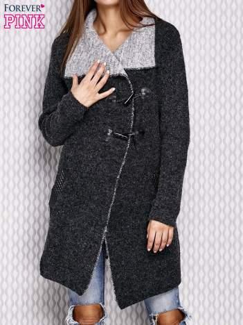 Czarny sweter ze skórzanymi elementami