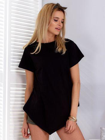 Czarny t-shirt z asymetrycznym przodem