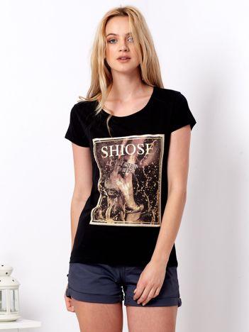 Czarny t-shirt z motywem buta