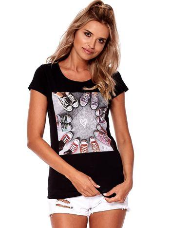 Czarny t-shirt z motywem trampek