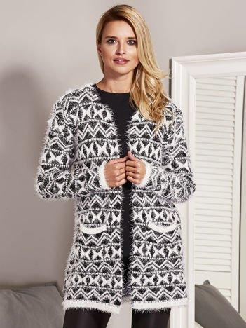 Czarny wzorzysty sweter z dłuższym włosem