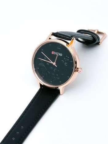 Czarny zegarek damski z kwiatami na tarczy