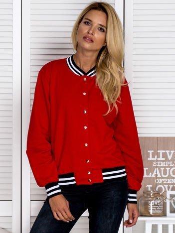 Czerwona bluza na zatrzaski