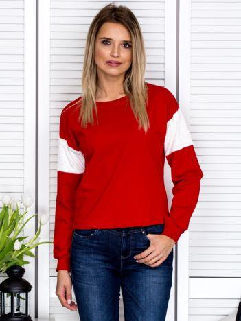 Czerwona bluza z futerkowymi wstawkami na ramionach