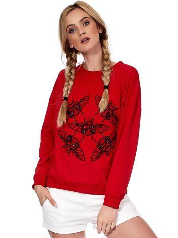 Czerwona bluza z motywem owadów