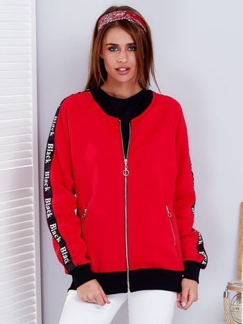 Czerwona bluza z tekstową taśmą na rękawach