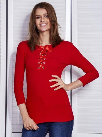 Czerwona bluzka w prążek z wiązanym dekoltem