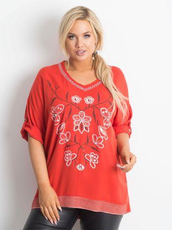 Czerwona bluzka z nadrukiem i aplikacją PLUS SIZE