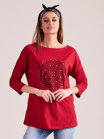 Czerwona bluzka z nadrukiem i dżetami