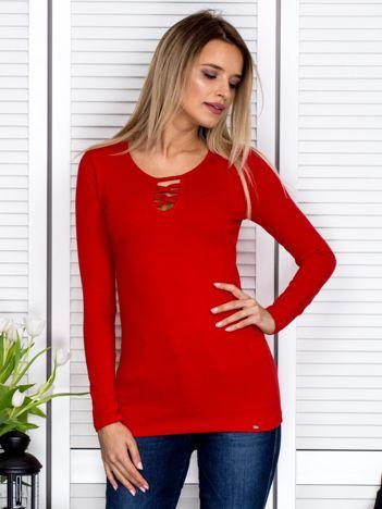 Czerwona bluzka ze sznurowaną wstawką