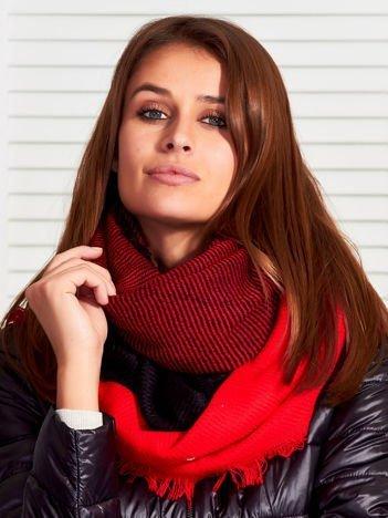 Czerwona chusta w kolorowe kwadraty