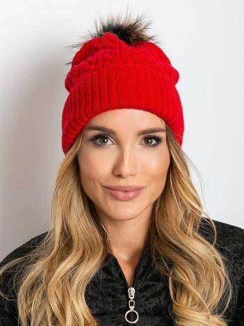 Czerwona czapka ze ściągaczem i futrzanym pomponem