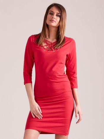 Czerwona dopasowana sukienka bawełniana z ozdobnym dekoltem
