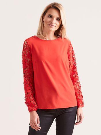Czerwona elegancka bluzka z koronkowymi rękawami