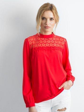 Czerwona elegancka bluzka z ozdobnym dekoltem