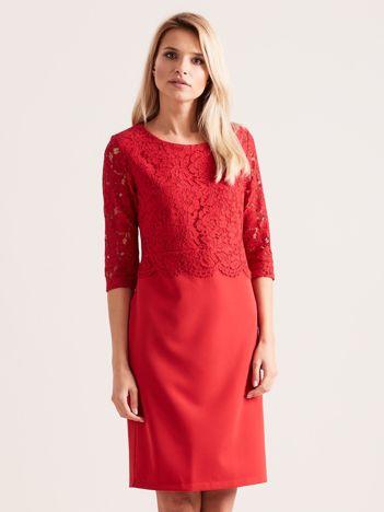 Czerwona elegancka sukienka z koronką