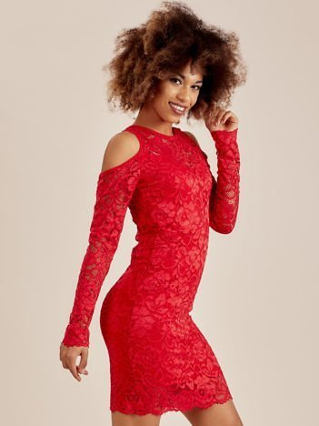 Czerwona koronkowa sukienka z odkrytymi ramionami