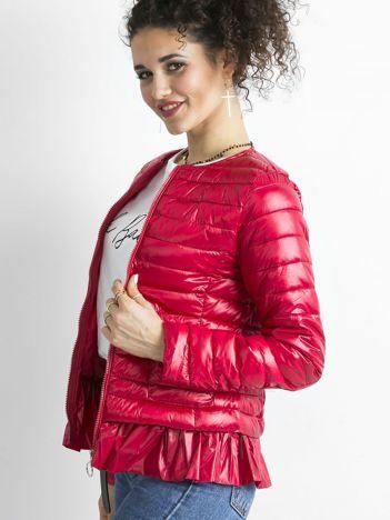 Czerwona kurtka przejściowa z falbaną
