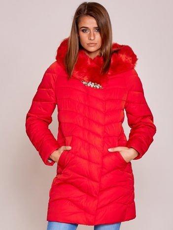 Czerwona kurtka z futrzanym wykończeniem i błyszczącą aplikacją