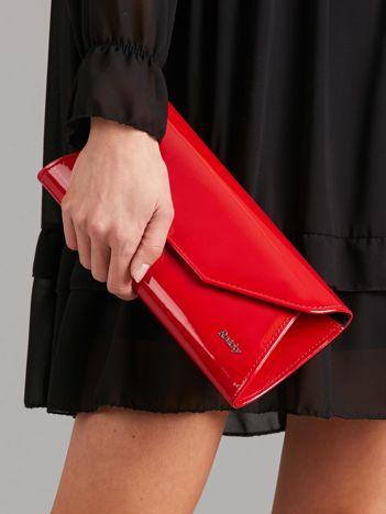Czerwona lakierowana kopertówka
