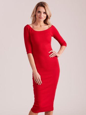 Czerwona prążkowana sukienka odsłaniająca ramiona