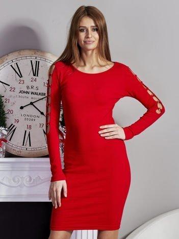 Czerwona sukienka codzienna ze złotymi kółkami na rękawach