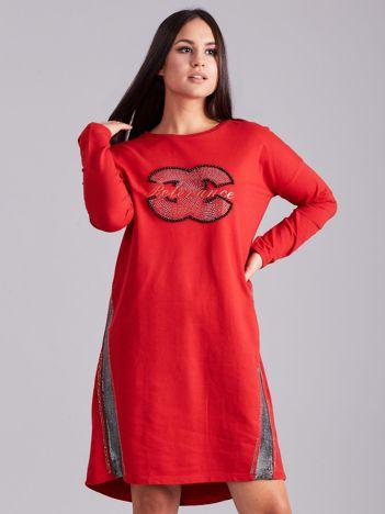 Czerwona sukienka dresowa z dżetami