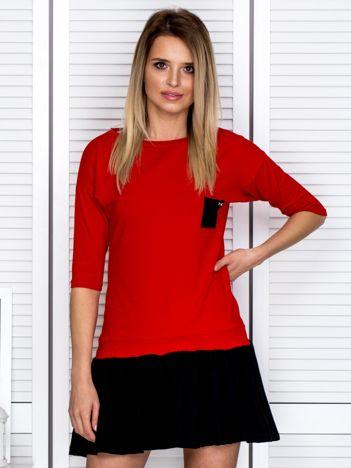 Czerwona sukienka dresowa z kontrastową falbaną