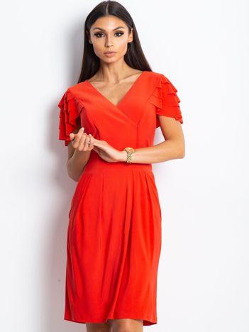 Czerwona sukienka koktajlowa z falbankami na rękawach