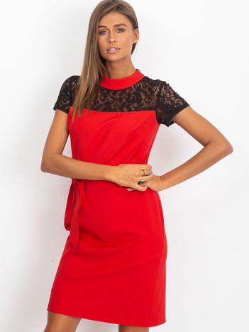 Czerwona sukienka koktajlowa z koronką przy dekolcie